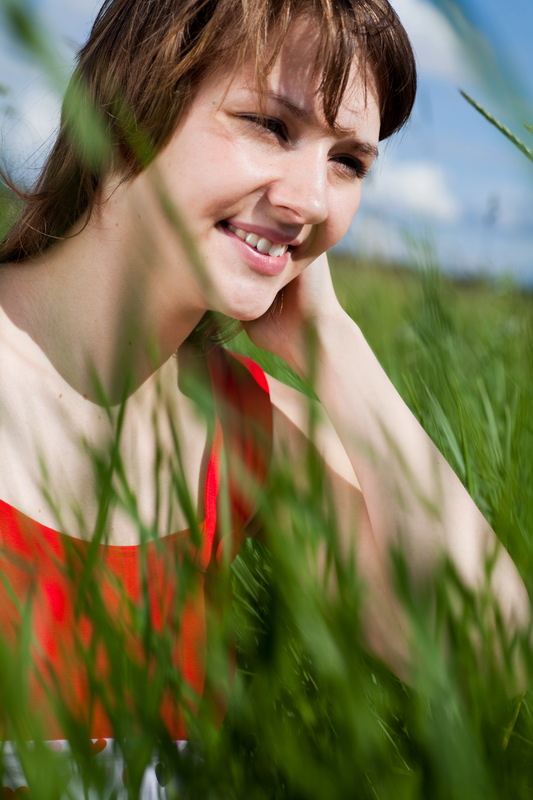 Портрет девушки в поле