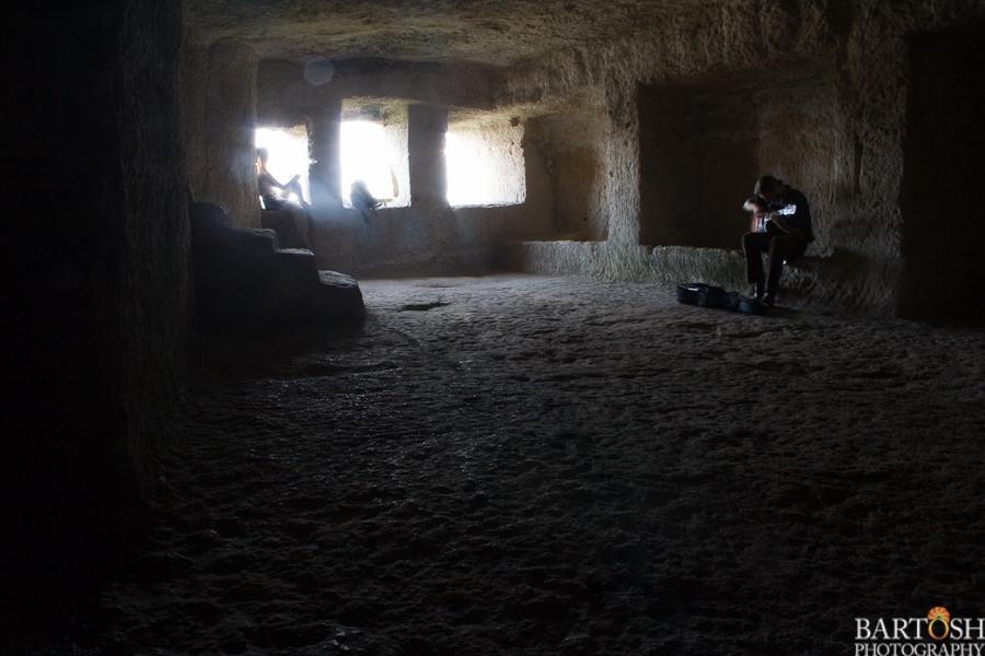 Гитарист группы Ann Sannat в пещере Чуфут-Кале