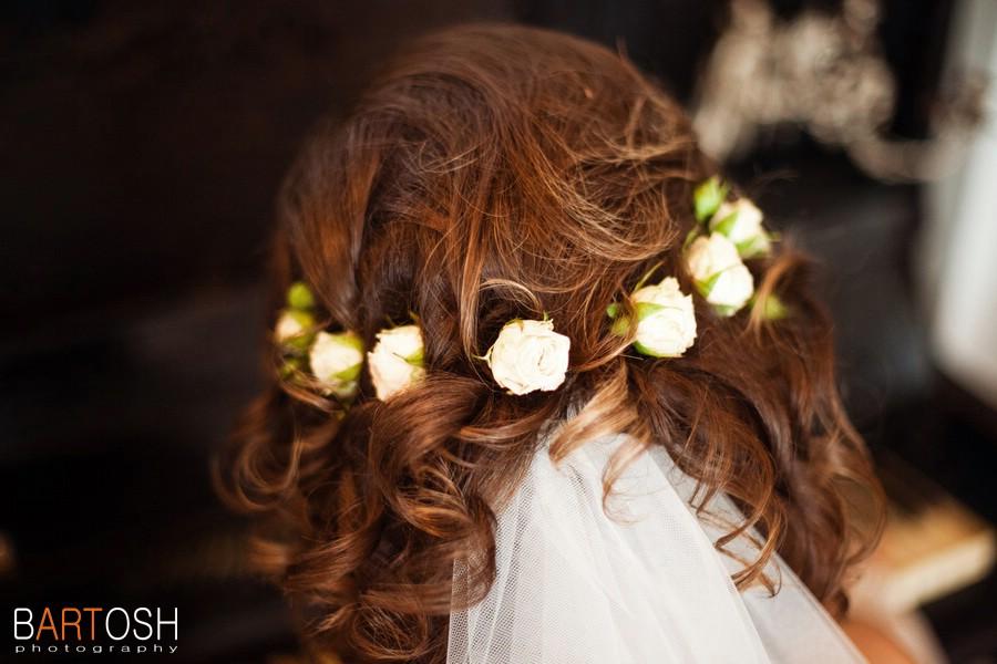Свадебное фото - свадебная прическа с живыми цветами