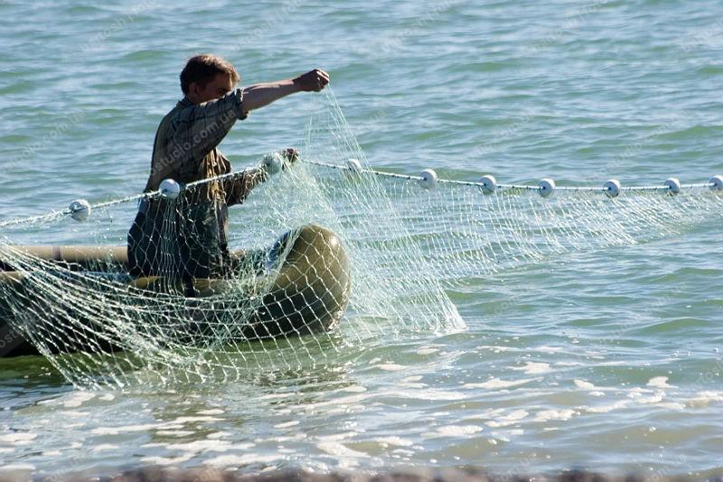 рыбак бросает сеть