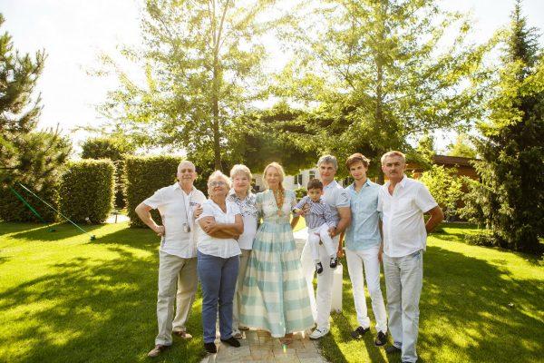 Большая семья в загородном доме
