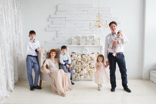 Большая семья в студии