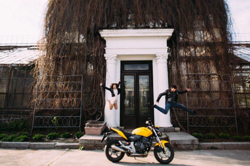 Фотосъемка в цветущих садах с мотоциклом. Фотограф Дмитрий Бартош